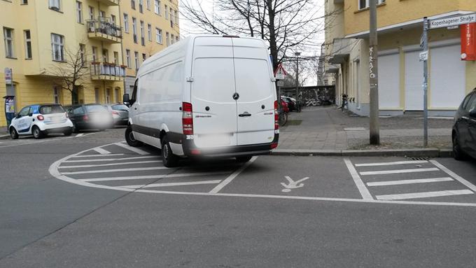 Transporter im Rückwärtsgang über die Fußgängerspur