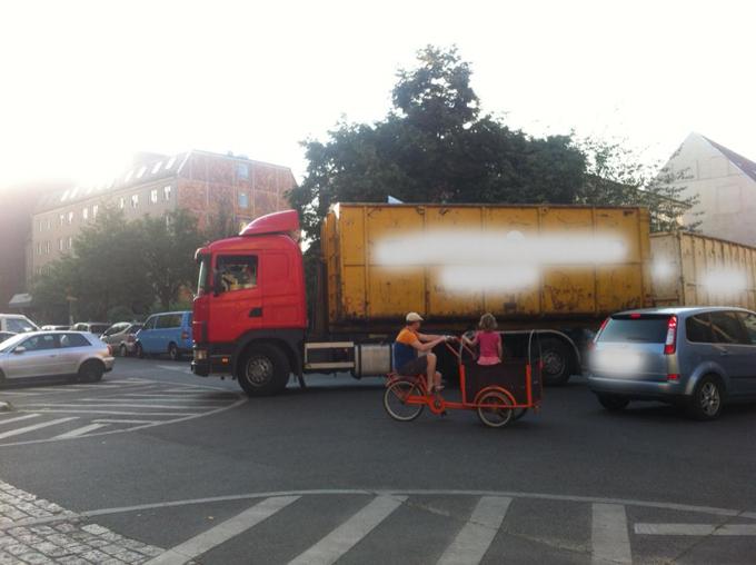 LKW mit Anhänger und Lastenrad teilen sich die Kreuzung