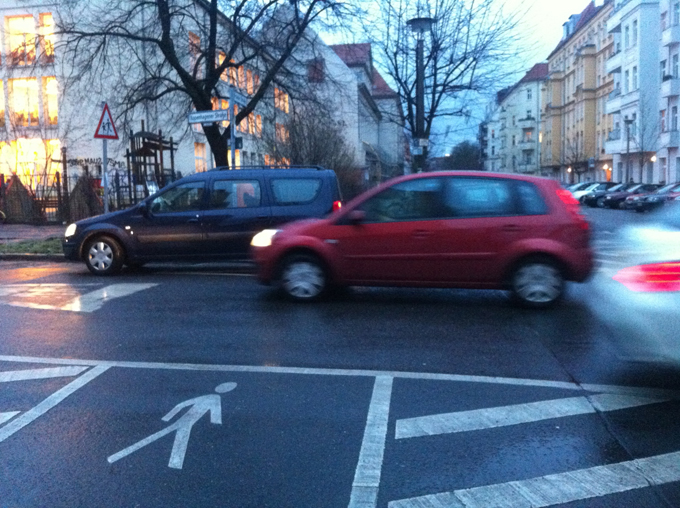 Kreuzung als dreispurige Straße