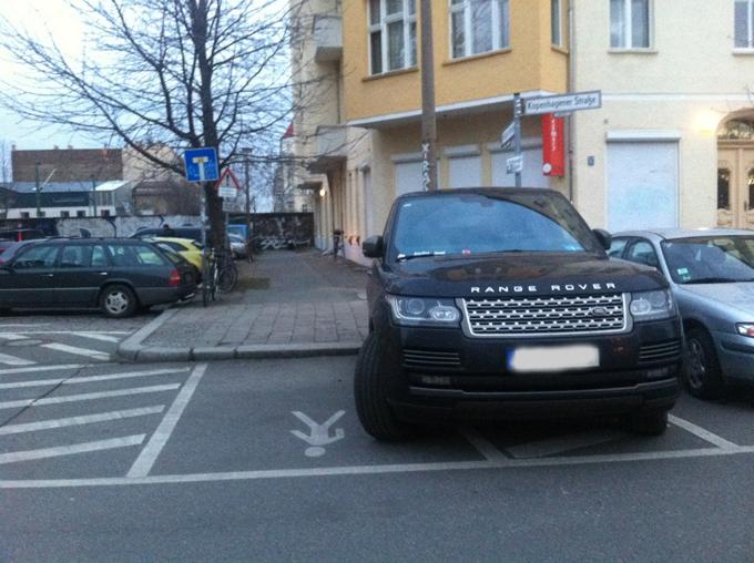 Zu kleine Parkplätze für Geländewagen