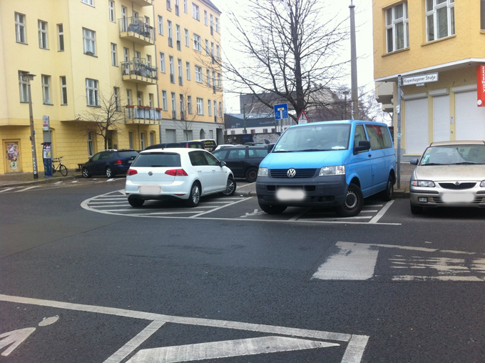 Langzeitparker im Kreuzungsbereich